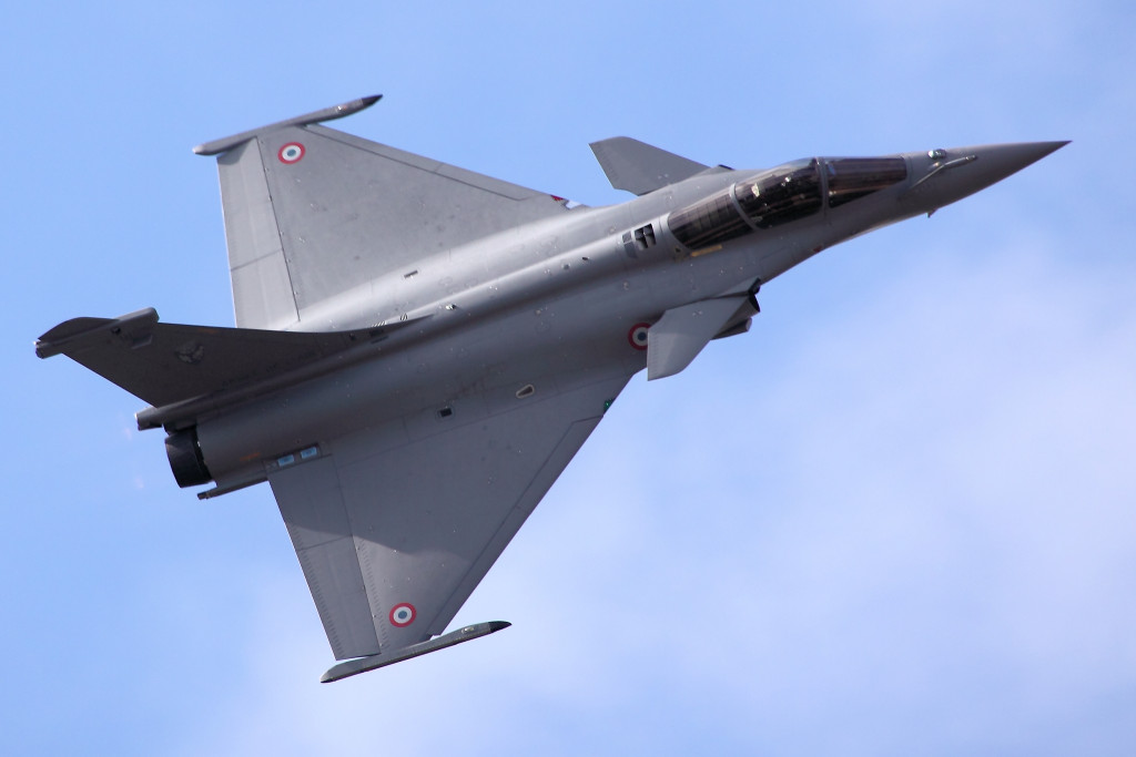 The Rafale features a delta wing with close-coupled canards. In-house research in computational fluid dynamics has shown the specific benefits of close coupling between the wings and the canards: it ensures a wide range of centre of gravity positions for all flight conditions, as well as benign handling throughout the whole flight envelope.
