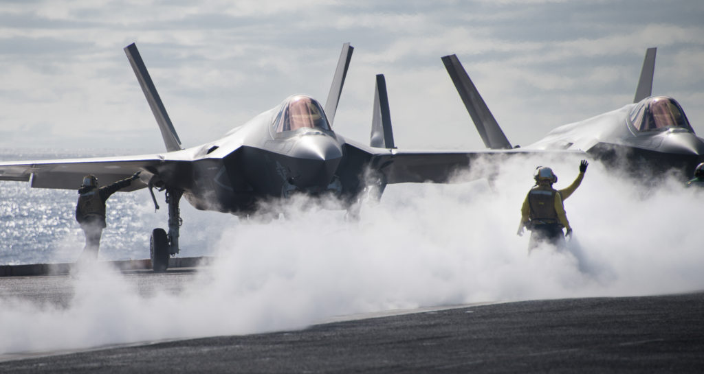 Sailors direct an F-35C Lightning II assigned to the «Argonauts» of Strike Fighter Squadron (VFA) 147 on the flight deck of Nimitz-class aircraft carrier USS Carl Vinson (CVN-70) (U.S. Navy photo by Mass Communication Specialist 3rd Class Ethan J. Soto/Released)